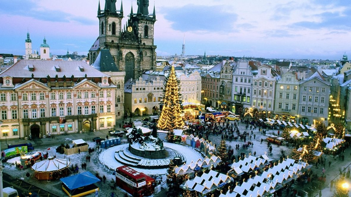 beautiful-christmas-market-at-old-town-square-prague